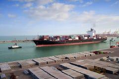 Корабль контейнера покидая порт Стоковая Фотография RF