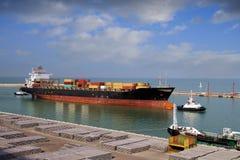 Корабль контейнера покидая порт Стоковые Фотографии RF