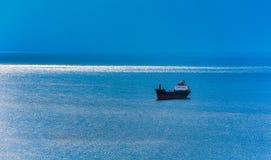 Корабль на голубом море стоковое фото rf