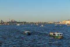 Корабль на рожке залива золотом, landscap пассажирского парома берега моря Стоковая Фотография
