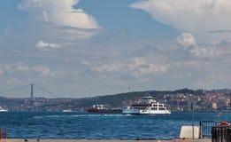 Корабль на рожке залива золотом, landscap пассажирского парома берега моря Стоковое Изображение RF