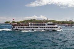 Корабль на рожке залива золотом, landscap пассажирского парома берега моря Стоковые Фотографии RF