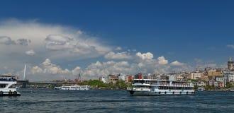Корабль на рожке залива золотом, landscap пассажирского парома берега моря Стоковое Фото