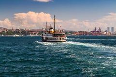 Корабль на рожке залива золотом, landscap пассажирского парома берега моря Стоковые Изображения