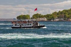 Корабль на рожке залива золотом, landscap пассажирского парома берега моря Стоковые Фото