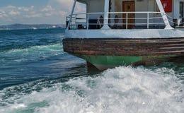 Корабль на рожке залива золотом, landscap пассажирского парома берега моря Стоковое фото RF