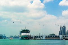 Корабль океана в центре круиза Сингапура стоковое изображение rf
