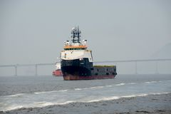 корабль остановил в заливе Guanabara, ждать для того чтобы состыковать в порте стоковое фото rf