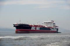 корабль остановил в заливе Guanabara, ждать для того чтобы состыковать в порте стоковое изображение