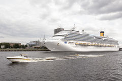Корабль пассажирского парома на прибалтийском порте, с шлюпкой скорости Стоковые Фото