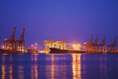 Корабль перевозки груза контейнера с работая мостом крана в shipya Стоковое Фото