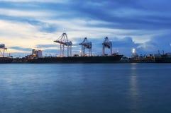Корабль перевозки груза контейнера с работая мостом крана в shipya Стоковое Изображение