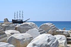 Корабль пирата в передней стороне Стоковое Фото