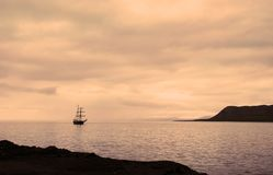 Корабль плавания состыковал на порте Longyearbyen Стоковое Изображение RF