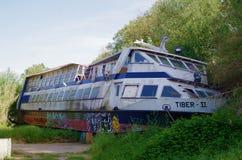 Корабль покинутый берегом реки Стоковое Фото