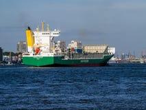 Корабль приезжая в порт Гамбурга стоковое изображение