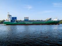 Корабль приезжая в порт Гамбурга стоковая фотография