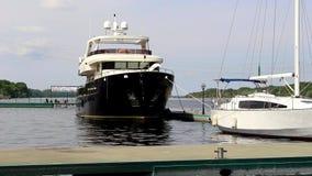 Корабль причаленный к пристани