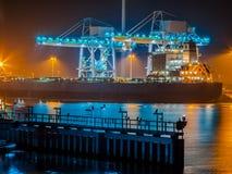 Корабль разгржая уголь в гавани Стоковое фото RF
