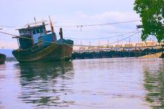 Корабль, рыбацкая лодка в море стоковая фотография rf