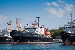 Корабль спасения флота Чёрного моря русского военно-морского флота в заливе Севастополя Стоковая Фотография