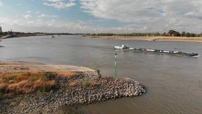 Корабль танка управляя перед Рейном на солнечное summerday, вид с воздуха сток-видео