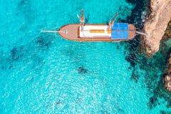 Корабль удовольствия деревянный с рангоутом в ясном голубом море r стоковое фото rf