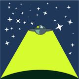Корабль чужеземца - стилизованное изображение неопознанного летающего объекта - шлюпка подливки, на звездном небе, светя на плане стоковые изображения rf