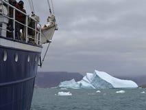 Корабль экспедиции перед айсбергом стоковые изображения
