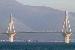 корабль sailing моста вниз Стоковые Изображения