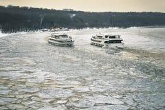 2 корабля плавая вдоль Москв-реки покрытого с сломленным льдом к одину другого Стоковое Фото