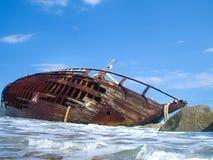 Кораблекрушение парусного судна после шторма с голубым небом Стоковая Фотография