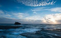 Кораблекрушение покинутого корабля на скалистом береге Стоковое Изображение RF