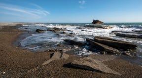 Кораблекрушение покинутого корабля на скалистом побережье Стоковое Изображение RF