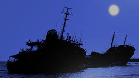 Кораблекрушение приставанного к берегу тепловозного топливозаправщика на ноче Стоковая Фотография