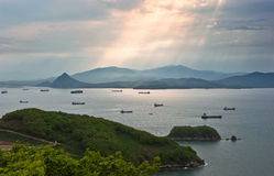 Корабли в заливе, освещенном лучами солнца Залив Nakhodka Восточное море (Японии) 21 05 2014 Стоковые Фото