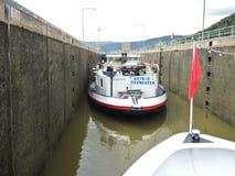 Корабли в шлюзе Lehmen на реке Мозель Стоковая Фотография