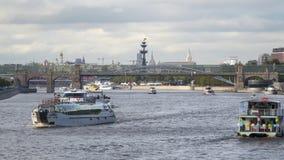 Корабли и мост на реке Москвы видеоматериал