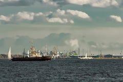 Корабли и парусники гужа Стоковые Изображения