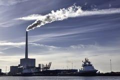 2 корабли и электростанции поставки нефти в Esbjerg затаивают, Denmar Стоковое фото RF