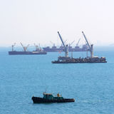 Корабль баржи, грузовой корабль, сосуд океана в море Стоковые Изображения RF