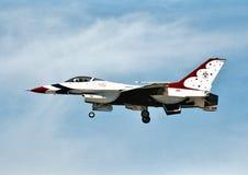 Корабль 5 буревестников USAF General Dynamics F-16C 87-0325 выполняет на airshow в апреле 2003 Стоковые Фотографии RF
