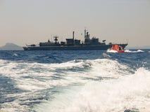 Корабль войны получая помощь Стоковая Фотография