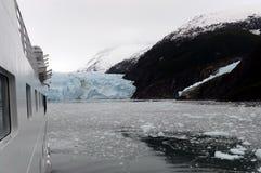 Корабль входит в фьорд Garibaldi в архипелаг Огненной Земли Стоковое Изображение RF