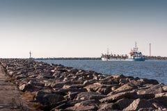 Корабль выходит порт стоковое изображение