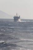 Корабль в море Волны и туман стоковая фотография