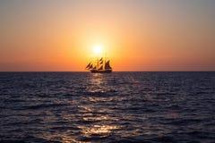 Корабль в море на заходе солнца Стоковая Фотография RF