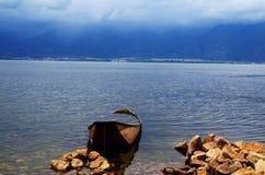 Корабль в озере erhai стоковые изображения