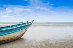 Корабль вдоль пляжа стоковые фотографии rf