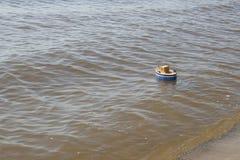 Корабль игрушки плавает в воду Стоковое Изображение
